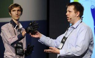 Des étudiants ukrainiens présentent leur projet Enable Talk, des gants capables de retranscrire le langage des signes en parole grâce à un smartphone, lors de la finale de l'Imagine Cup 2012 àSydney en Australie.