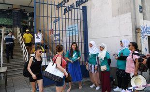 Des membres du collectif Alliance citoyenne tentent de sensibiliser à la cause des musulmanes qui souhaitent porter un burkini, devant la piscine Jean-Bron à Grenoble, le 30 juin 2019.