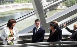 Le Premier ministre Manuel Valls (2e g), au côté de la directrice du musée des Confluences Hélène Lafont Couturier (g) et la ministre de l'Education Najat Vallaud-Belkacem (c), le 11 mai 2015 à Lyon