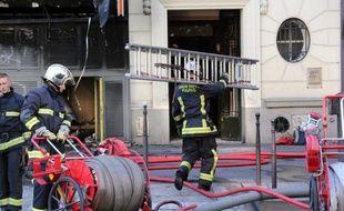 Une femme de 43 ans est morte asphyxiée dans la nuit de lundi à mardi lors d'un incendie apparemment accidentel qui s'est déclenché dans une chambre d'un centre d'hébergement de Paris, a-t-on appris auprès de la mairie et d'un responsable du centre.