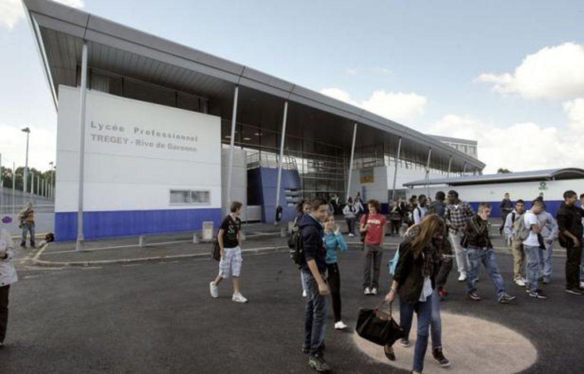 """Un professeur de Bordeaux a été roué de coups mardi par un élève de 18 ans après un désaccord en cours sur la situation politique au Maroc, une deuxième agression d'enseignant en deux jours qualifiée """"d'inacceptable"""" par le ministre Vincent Peillon, que l'enseignant a demandé à rencontrer. – Nicolas Tucat afp.com"""