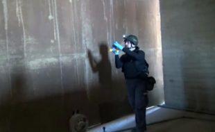 Image de la télévision syrienne le 10 octobre 2013, montrant un inspecteur de l'OIAC (chargée du démantèlement des armes chimiques en Syrie) au travail dans un lieu tenu secret en Syrie.