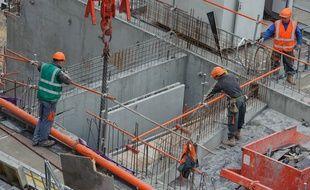 La clause Molière vise à imposer l'usage du français sur les chantiers publics.