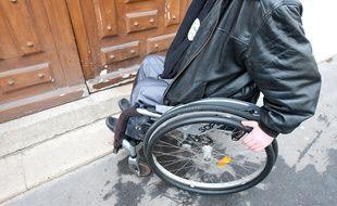 Illustration d'une personne en fauteuil roulant. La problématique d'accessibilité et de handicap.