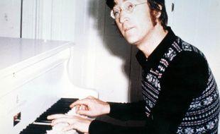 L'artiste John Lennon dans les années 70 avec le piano Imagine