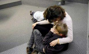 Un enfant autiste et sa maman, en novembre 2008, à Villeneuve d'Asq.