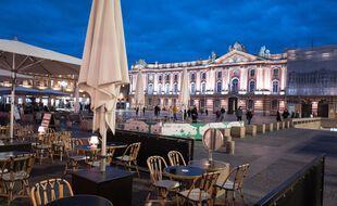 La terrasse d'un restaurant sur la place du Capitole à Toulouse. Illustration.