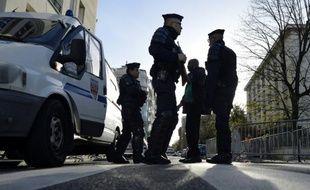 Une jeune Française convertie à l'islam et son compagnon, tous deux de Montpellier, sont en garde à vue depuis lundi soir dans une enquête antiterroriste menée à Paris, après la découverte d'un mystérieux faux ventre de femme enceinte