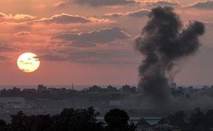 La fumée s'élève sur Gaza après un bombardement, le 16 juillet 2014.