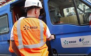 Lille, le 19 juin 2013. Des agents ERDF interviennent sur un tableau electrique chez un particulier.