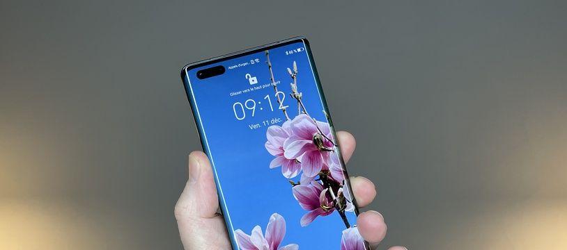 Le Mate 40 Pro de Huawei et son écran Oled de 6,76 pouces.