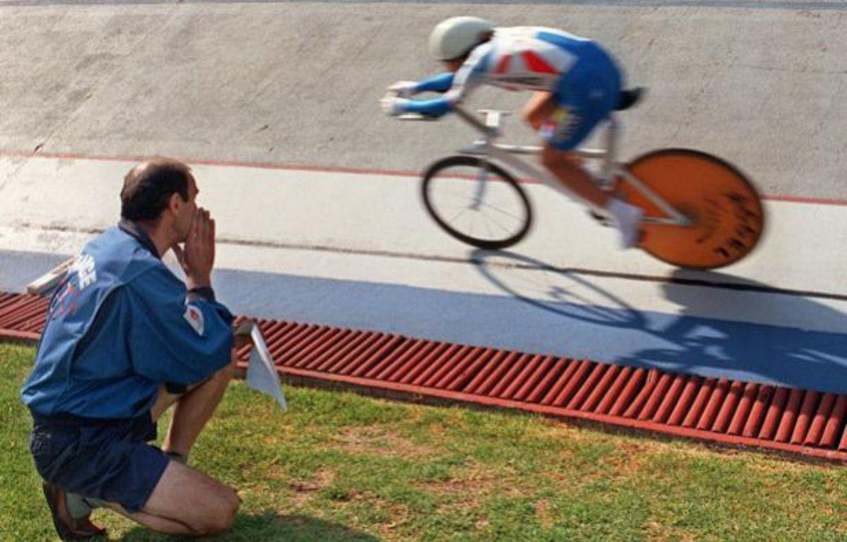 La championne cycliste française Jeannie Longo, et son mari - entraîneur Patrice Ciprelli le 26 octobre 1996, sur le Vélodrome de Mexico. – AFP