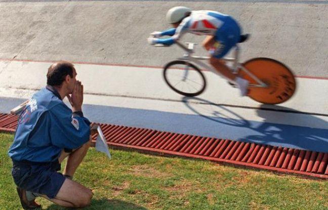 La championne cycliste française Jeannie Longo, et son mari - entraîneur Patrice Ciprelli le 26 octobre 1996, sur le Vélodrome de Mexico.