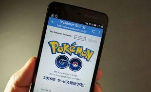 Le jeu Pokémon Go sur un téléphone portable à Tokyo le 13 juillet 2016