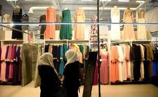 Deux femmes devant un stand de vêtements lors  la 33e Rencontre annuelle des musulmans de France (RAMF), le 19 mai 2016