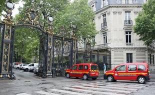 Voitures de secours stationnées à l'entrée du Parc Monceau à Paris, le 28 mai 2016