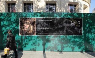 Dix ans après avoir brutalement fermé boutique en France, laissant 1.700 salariés sur le carreau, l'enseigne britannique Marks & Spencer rouvrira ses portes jeudi à 11H30 au numéro 100 de l'avenue des Champs-Elysées.