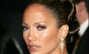"""John Travolta et Jennifer Lopez se sont vu proposer de jouer dans l'adaptation au grand écran de la série télévisée culte des années 1980 """"Dallas"""", a rapporté mardi le quotidien spécialisé de Hollywood, Variety."""