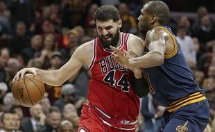 Nikola Mirotic (de face) s'est battu à l'entraînement avec un coéquipier et souffre de multiples fractures, ont annoncé les Bulls le 17 octobre 2017.