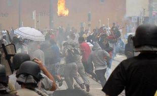 Des policiers chargent des émeutiers le 20 juillet 2014, en marge d'un rassemblement pro-palestinien non autorisé à Sarcelles (Val-d'Oise)