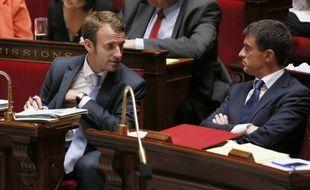 Le ministre de l'Economie Emmanuel Macron (g), en compagnie du Premier ministre Manuel Valls le 16 septembre 2014 à l'Assemblée Nationale