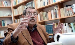 L'écrivain allemand Günter Grass fustige la décision d'Israël de le déclarer persona non grata, la comparant à l'interdiction de territoire prononcée à son encontre par la RDA et la Birmanie, dans un texte à paraître jeudi.