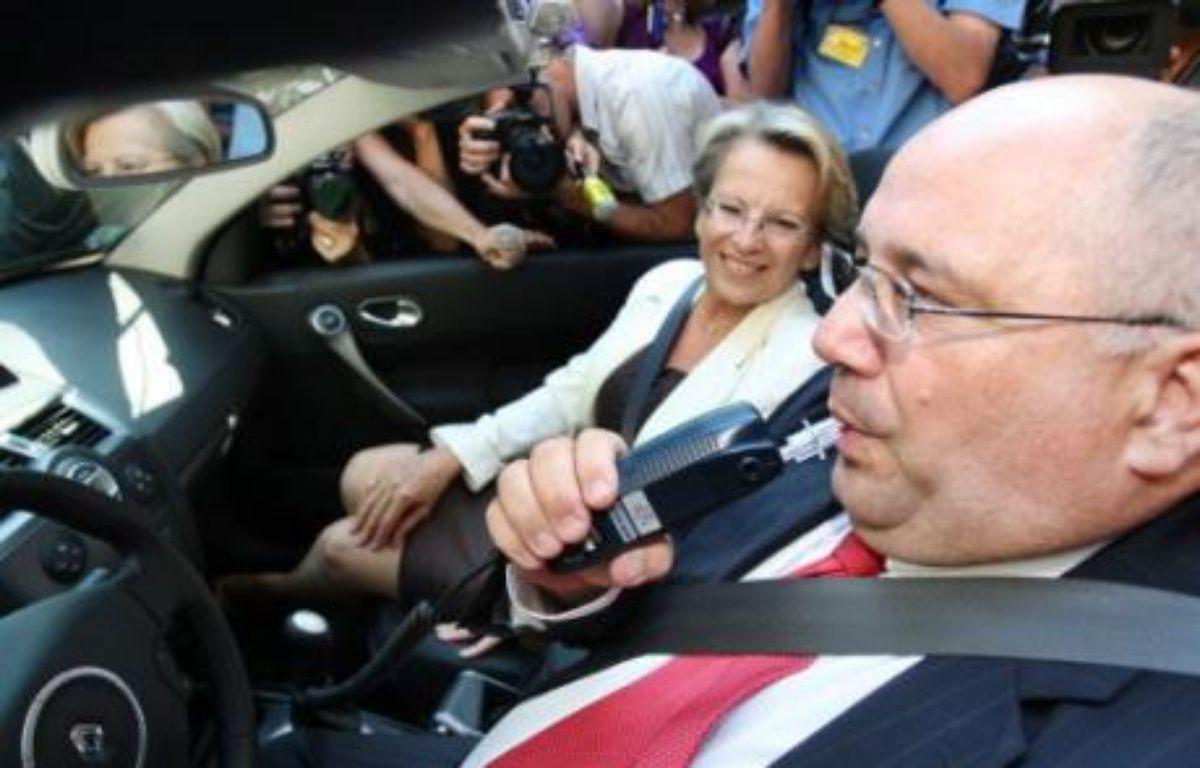 La ministre de l'Intérieur Michèle Alliot-Marie s'est fait présenter mercredi le dispositif d'éthylotests anti-démarrage de véhicules que sa prochaine loi de sécurité intérieure permettra aux juges d'imposer aux personnes condamnées pour conduite en état d'ivresse. – Pierre Verdy AFP