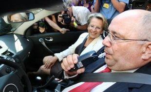 La ministre de l'Intérieur Michèle Alliot-Marie s'est fait présenter mercredi le dispositif d'éthylotests anti-démarrage de véhicules que sa prochaine loi de sécurité intérieure permettra aux juges d'imposer aux personnes condamnées pour conduite en état d'ivresse.
