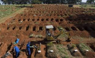 Dans ce cimetière gratuit à Sao Polo, les corps sont déterrés après trois ans pour faire de la place pour l'afflux de dépouilles à cause du coronavirus.