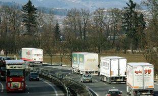 """La publication au Journal officiel du 6 mai, """"en catimini"""", du décret organisant l'application de la future écotaxe poids lourds fâche les professionnels du transport routier de marchandises qui dénoncent un """"dévoiement de la loi"""" et exigent que le texte soit remis à plat"""