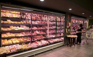 Une femme choisit de la viande rouge dans un supermarché de Montevideo, le 2 novembre 2012 en Uruguay