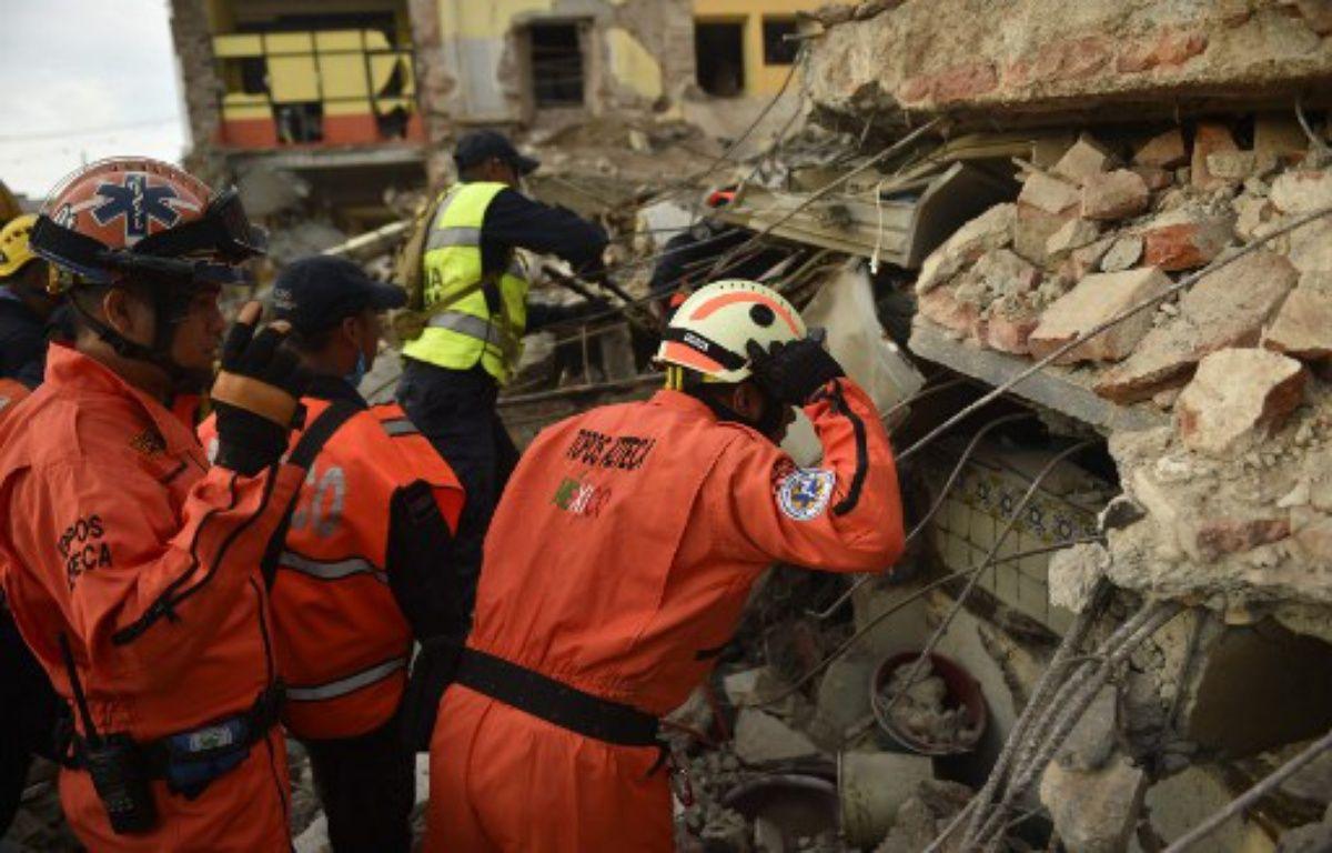 Des membres des «Topos» (les «Taupes»), une équipe de secours spécialisée,recherche des survivants après le séisme de 8.2 qui a touché Juchitan de Zaragoza, dans l'état mexicain de l'Oaxaca le 8 septembre 2017.  – PEDRO PARDO / AFP