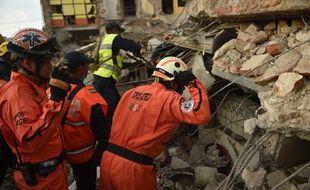 Des membres des «Topos» (les «Taupes»), une équipe de secours spécialisée,recherche des survivants après le séisme de 8.2 qui a touché Juchitan de Zaragoza, dans l'état mexicain de l'Oaxaca le 8 septembre 2017.