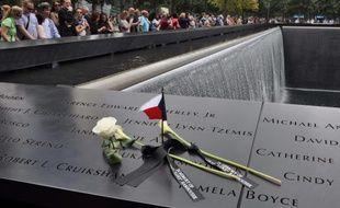 Les noms des victimes des attentats new-yorkais sont gravés au mémorial qui se trouve à l'endroit exact où se dressaient les tours jumelles.