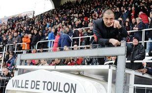 Toulon a écrasé Bayonne (50-10), avec le bonus offensif, samedi au stade Mayol lors de la 16e journée du Top 14 de rugby, sous les yeux de son président Mourad Boudjellal, suspendu de terrain pendant 130 jours et qui a assisté au match depuis le toit du tunnel menant au terrain. constaté l'AFP