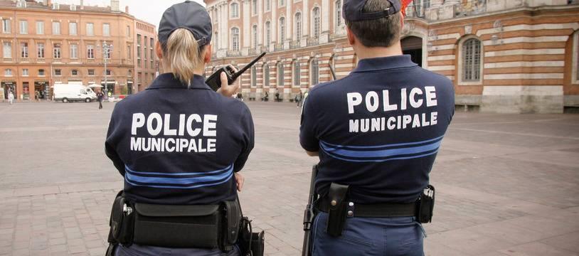 Des agents de la olice municipale place du Capitole à Toulouse.