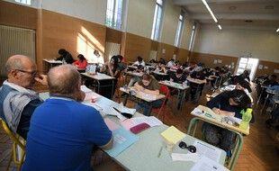 Des lycéens durant l'épreuve de philosophie du bac 2019 au lycée Pasteur de Strasbourg.