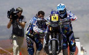 Le pilote français David Casteu, aidé par son coéquipier Olivier Pain pour redémarrer sa moto, le 3 janvier 2012 à San Juan.