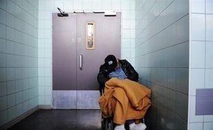 Avec le regain du grand froid attendu dans la nuit de mardi à mercredi sur pratiquement tout l'Hexagone, pouvoirs publics et associations renforcent encore leur mobilisation pour porter secours aux sans-abri.