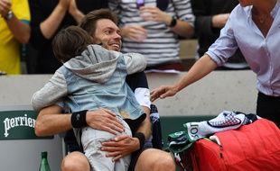Le gros calin entre Nicolas Mahut et son fils