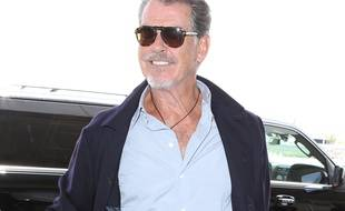L'acteur Pierce Brosnan à l'aéroport LAX.