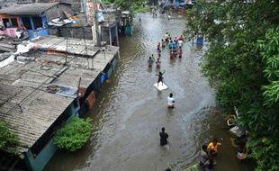 Des habitants de Colombo fuient la capitale sri-lankaise inondée le 19 mai 2016