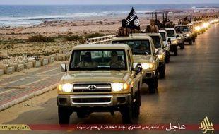 Image des troupes de l'organisation Etat islamique dans la ville de Syrte, en Libye, diffusée par leur média de propagande, Welayat Tarablos, le 18 février 2015
