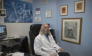 Le professeur Didier Raoult, dans l'hôpital de la Timone, le 27 février 2020.