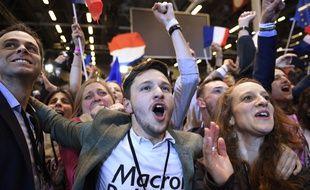 Comme prévu par les instituts de sondage ces derniers jours, Emmanuel Macron, candidat de En marche, est arrivé en tête du premier tour des élections présidentielles, le 23 avril 2017.