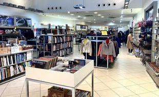 La boutique Ikos de Bordeaux propose des vêtements, des livres et des meubles de seconde main ou recyclés.