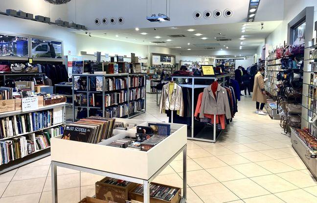 La boutique Ikos de Bordeaux, propose des vêtements, des livres et des meubles de seconde main ou recyclés.