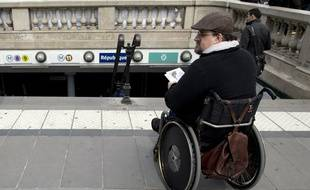 Un homme handicapé en chaise roulante le 13 mai 2014 à Paris.