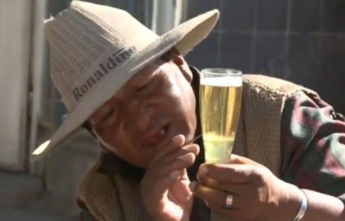 Capture d'écran d'un reportage de l'AFP sur des chamanes boliviens qui lisent l'avenir dans les bulles de bière. – 20 MINUTES