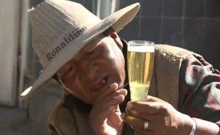 Capture d'écran d'un reportage de l'AFP sur des chamanes boliviens qui lisent l'avenir dans les bulles de bière.